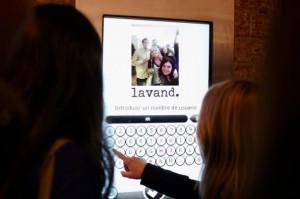 Un miroir interactif et connecté dans un magasin Lavand