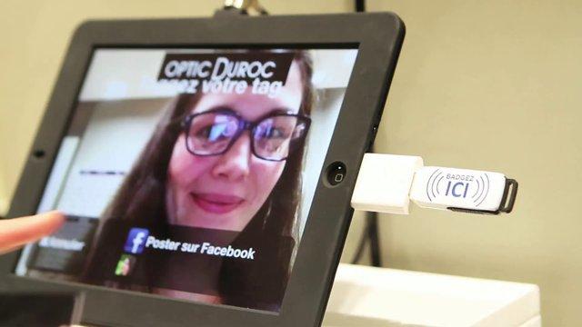 Les magasins connectés Optic Duroc permettent un accès aux réseaux sociaux depuis des écrans tactiles