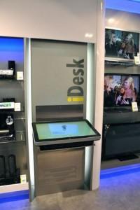 Des écrans tactiles et connectés dans un magasin Scheer & Foppen