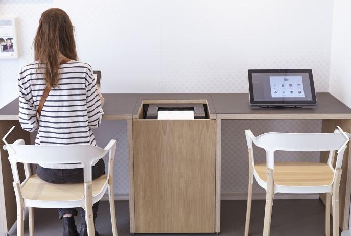 Des écrans tactiles et connectés dans les nouvelles boutiques SNCF.