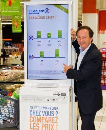 Les magasins Leclerc permettent aux clients de comparer les prix grâce à des écrans connectés.