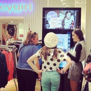 Miroir interactif et connecté dans le concept store de l'enseigne Valley Girl