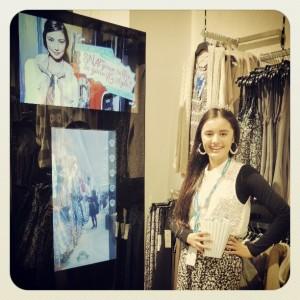 Un concept store de l'enseigne Valley Girl équipé d'un miroir interactif et connecté