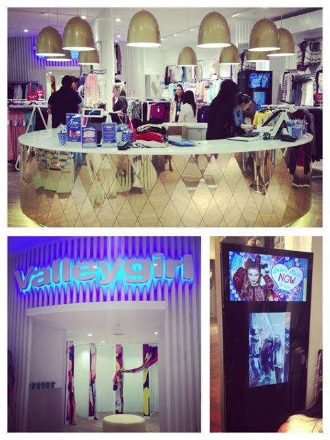 Miroir connecté et interactif dans un magasin de l'enseigne Valley Girl