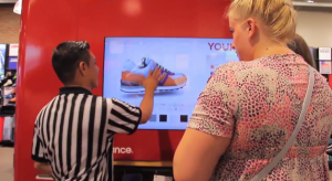 new-balance-magasin-connecte-footlocker-ecran-interactif-customisation