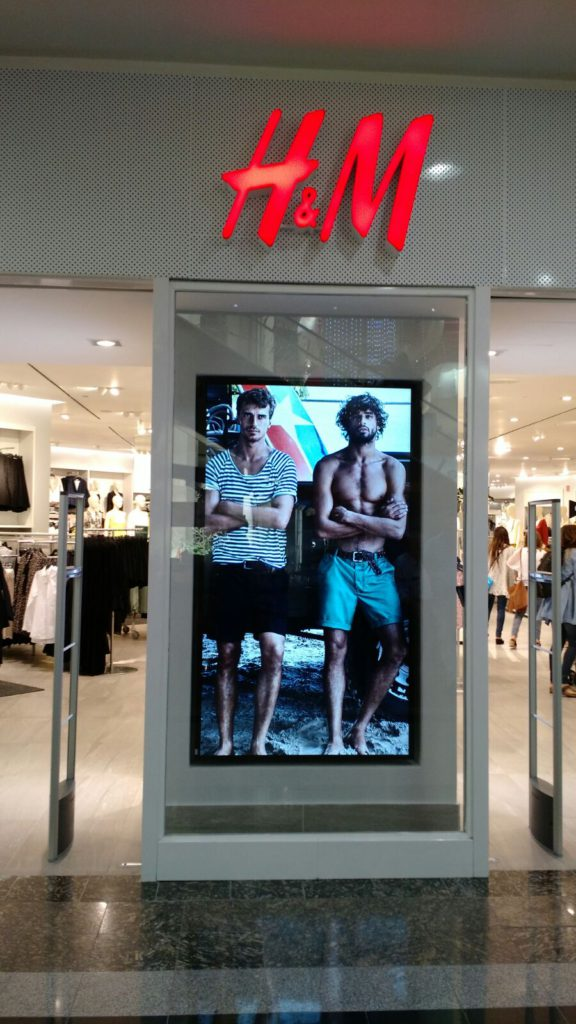 h&m digital signage