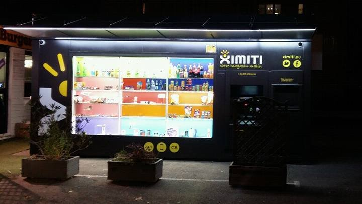 Boutique automatique Ximiti, avec en vitrine un choix de produits non-exhaustif